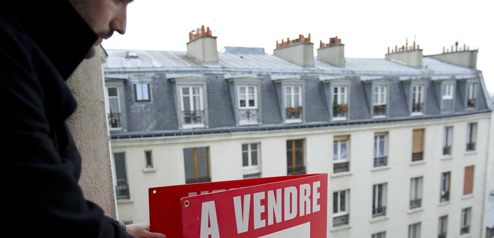 Illustration agent immobilier Era dans le 20e a Paris. Mise en place de pannnonceau a vendre . Vente de logement et appartement par agence.  Paris, FRANCE-17/01/2011/Credit:A. GELEBART/20 MINUTES/SIPA/1211071533